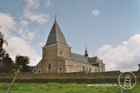 Henri-Chapelle, Kirche St. Georges(Belgien). Vom Kirchhof aus bietet sich ein wunderbarer Ausblick in das Tal der Weser (La Vesdre) und die Hügellandschaft des Herver Landes.