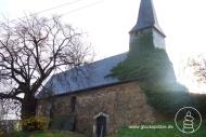 Ehemalige St. Helenakapelle in Vilvenich - die romanische, kleine Hallenkirche steht hier beispielhaft für all die historischen Stätten und heiligen Plätze, die bereits dem Braunkohlentagebau zum Opfer gefallen sind. Die Kapelle wurde im Sommer 2010 abgerissen. Bei meinem letzten Besuch stand nur noch die alte Linde dort.